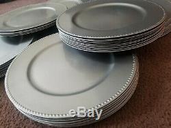 Plateau De Chargeur En Plastique Argent Avec Bord Perlé Argent (54 Disponible) Usagé Une Fois